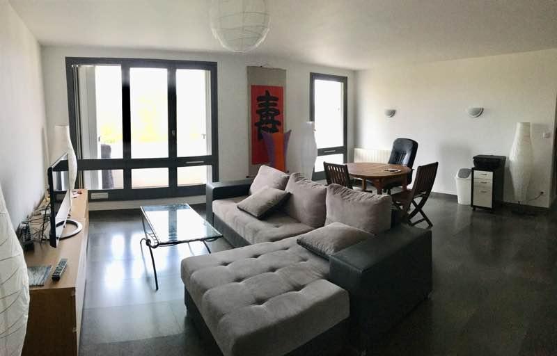Situé au coeur d'ANGLET dans une résidence ravalée en 2017, ce bel appartement entièrement rénové en 2016 avec des prestations soignées se compose d'une entrée avec placards, une cuisine séparée équipée avec sa loggia, un wc séparé, une belle pièce de vie donnant sur un grand balcon bien orienté, 2 chambres spacieuses et une salle d'eau à l'italienne. Tous les commerces à pied. Environnement calme. Pas de vis-à-vis. Garage à louer au pied de la rédidence à 70€/mois. Une cave complète le bien. A VISITER AVEC L' IMMOBILIERE BIARRITZ AU 05.59.24.57.44. COMPROMIS EN COURS