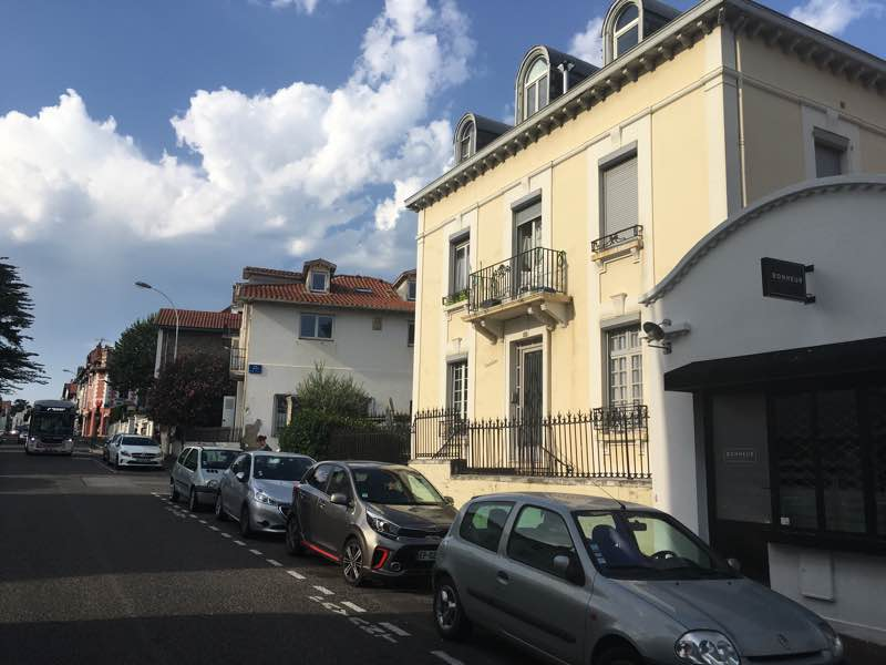 Studio vendu meublé en plein centre-ville (rue très calme) ce bien bénéficie d'une situation idéale pour un investissement locatif ou pour un pied-à-terre. VENDU PAR NOS SOINS.