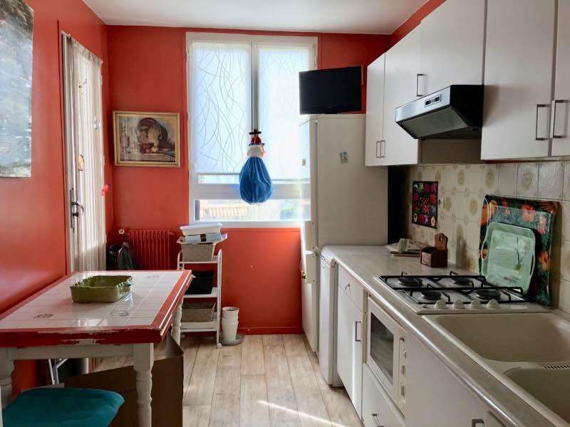 T3 de 68 m2 en plein centre d'Anglet avec toutes les commodités à pied. Grand séjour avec loggia, cuisine séparée, 2 chambres, salle d'eau, wc séparés. Ce bien est vendu avec une place de parking extérieure ainsi q'une cave. A VISITER AVEC L'IMMOBILIERE BIARRITZ - 05 59 24 57 44