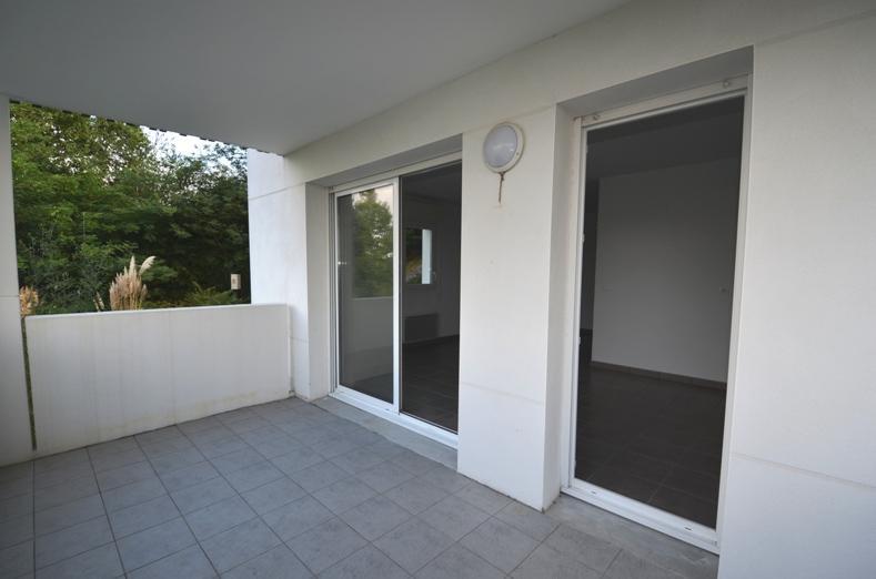 Bayonne proche Pont Rouge mais au calme, grand T2 de 49 m² en 1er étage (asc.) d'une résidence récente avec une entrée (grand placard), une salle de bains avec WC, une chambre, une cuisine américaine (évier, placard sous évier et hotte), un séjour donnant sur terrasse de 11 m² exposée Sud-Ouest, cave et place de parking en sous-sol sécurisé. Libre immédiatement. DPE : D-187. GES : B-7.