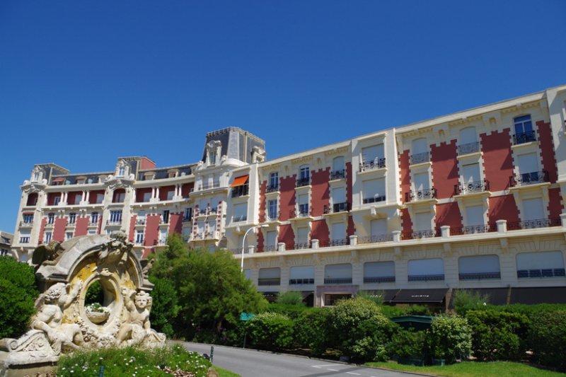Inauguré en 1910 l'hôtel du Carlton saura vous séduire par ses prestations dequalité ainsi qu'une situation géographique exceptionnelle à 100m de la grande plage et proche de l'hyper centre-ville! Appartement T1 avec de belles hauteurs sous plafond se composant d'une pièce de vie de 16.50 m² au calme, 1 cuisine séparée, une salle d'eau avec wc. Possibilité d'acquérir un appartement T2 de39 m² mitoyen à celui-ci. Tous les communs ont été refaits en 2016. Copropriété de 47 lots - faibles charges - pas de procédure en cours. A VISITER RAPIDEMENT AVEC L'AGENCE IMMOBILIERE BIARRITZ AU 06.19.36.04.79