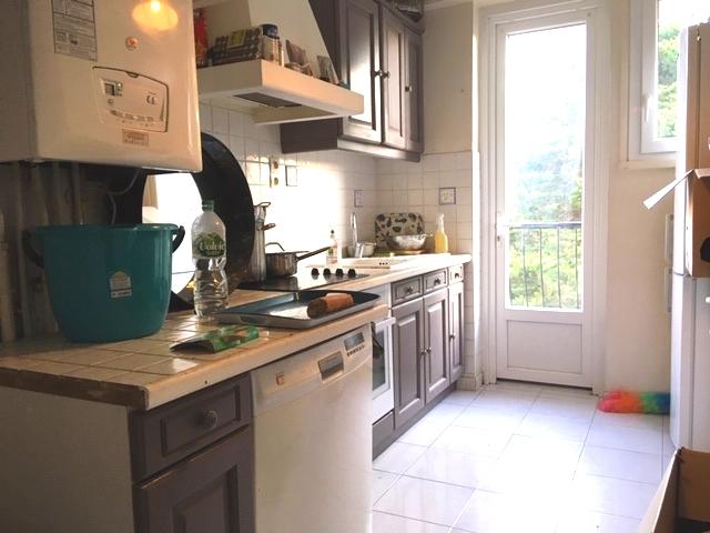 RARE ! Anglet, proche toutes commodités, au calme, appartement de 82.71 m2 composé d'un séjour double spacieux, d'une cuisine séparée, de 3 chambres et d'une salle de bain. 2 balcons, une cave et un garage complètent ce bien. Vendu loué 970 euros/mois. Bon rapport locatif. IDEAL INVESTISSEUR. Quote part annuelle : 820 euros, 6.38% honoraires charge vendeur.
